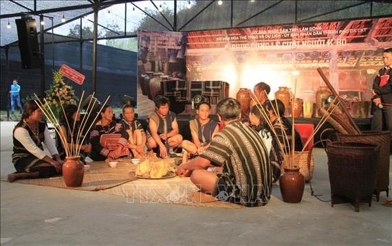 Chương trình phục dựng Lễ cưới của đồng bào K'Ho nhằm đa dạng hóa sản phẩm dịch vụ du lịch, tạo nên sản phẩm du lịch mới góp phần thu hút khách du lịch đến với địa phương. Ảnh: TTXVN