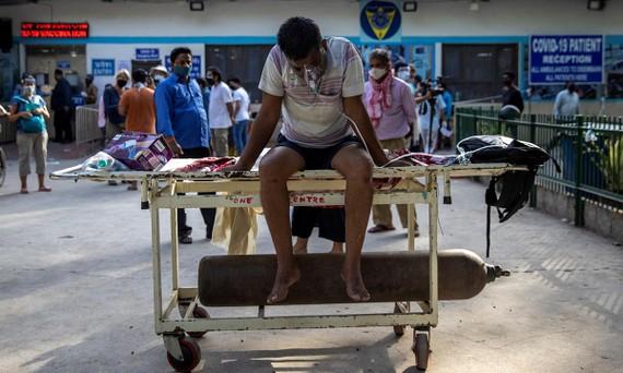 Một bệnh nhân Covid-19 chờ nhập viện tại New Delhi, Ấn Độ. Ảnh: REUTERS