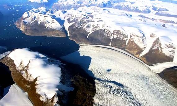 Sông băng Rink ở Greenland tan chảy nhìn từ trên cao. Ảnh: NASA