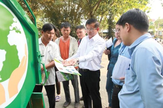 Ông Đặng Quế Hùng - Giám Đốc SP.SAMCO giới thiệu Xe ép rác 2m3 tại hội nghị chuyển đổi phương tiện vận chuyển chất thải rắn sinh hoạt