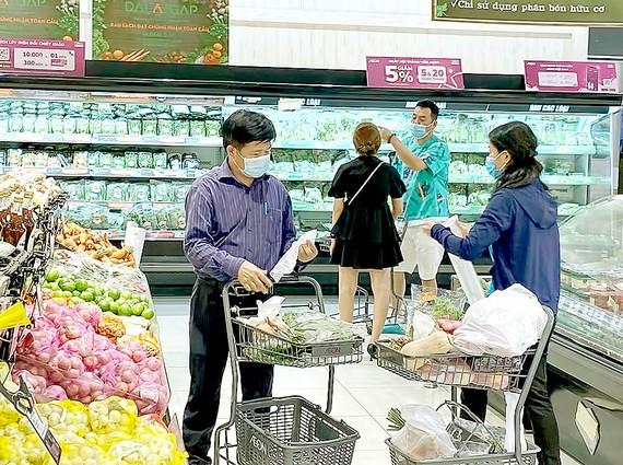 TPHCM phấn đấu 100% siêu thị sử dụng túi nhựa thân thiện với môi trường trong năm 2021. Ảnh: CAO THĂNG