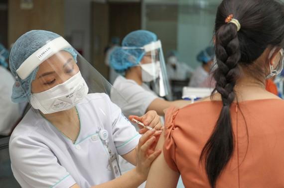 Tiêm vaccine Covid-19 cho nhân viên Khu Công nghệ cao TPHCM.  Ảnh: HOÀNG HÙNG