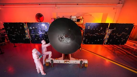 Các kỹ sư UAE làm việc  tại Trung tâm Vũ trụ Mohammed Bin Rashid ở Dubai