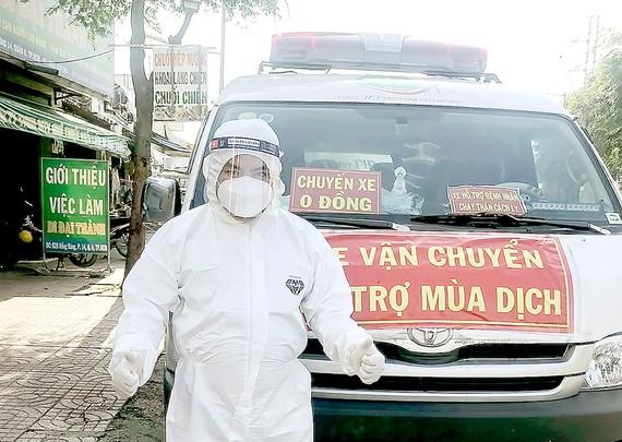 Anh Trần Phước Hòa và chiếc xe chở bệnh nhân chạy thận