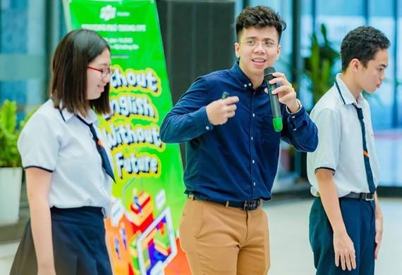 Thầy giáo Nguyễn Thái Dương trong một chương trình tại trường học (Ảnh chụp trong những ngày dịch Covid-19 chưa ảnh hưởng tới cộng đồng)