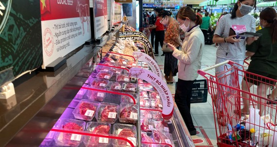 Người dân mua thực phẩm tại siêu thị Lotte mart, quận 7 (TPHCM). Ảnh: HOÀNG HÙNG