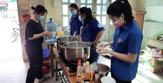 Bếp xanh tình nguyện do Đoàn Thanh niên phường 5 (quận 10, TPHCM) khởi xướng