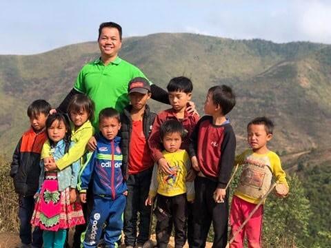 Anh Trà Văn Kính cùng trẻ em ở bản Phá Thóng, Sơn La