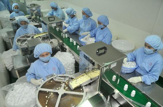 Doanh nghiệp kinh doanh có lãi mới dễ tiếp cận gói vay ưu đãi  (Sản xuất dược phẩm tại Công ty Pharmedic, TPHCM). Ảnh: CAO THĂNG