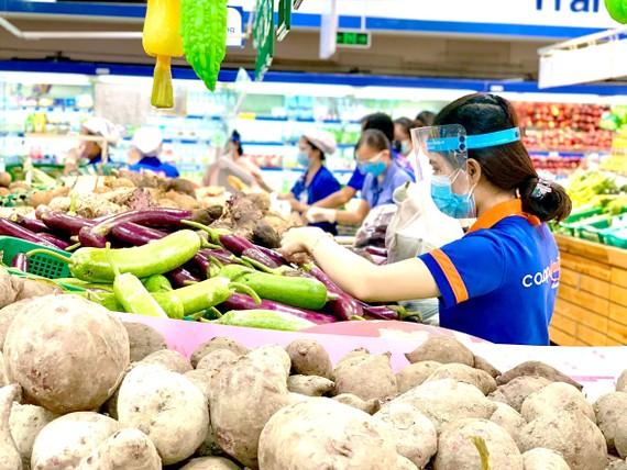 Nhân viên Saigon Co.op chọn thực phẩm cho khách hàng