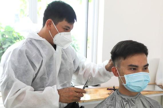 """Các bác sĩ Bệnh viện Hoàn Mỹ Thủ Đức cắt tóc trước khi vào """"điểm nóng"""". Ảnh:  HOÀNG HÙNG"""