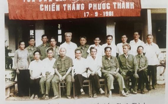 Các đại biểu dự Hội thảo chiến thắng Phước Thành do Bộ Tư lệnh Quân khu 7 và Tỉnh ủy Sông Bé tổ chức năm 1983. (Hàng ngồi, thứ 4 từ trái sang là Thượng tướng Trần Văn Trà, nguyên Tư lệnh Quân Giải phóng miền Nam)