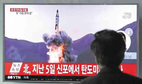 Truyền thông Hàn Quốc đưa tin về vụ phóng tên lửa của Triều Tiên. Ảnh : Inquirer News