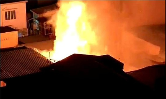 Ngọn lửa bốc cao và nhanh chóng lan sang 2 căn nhà bên cạnh