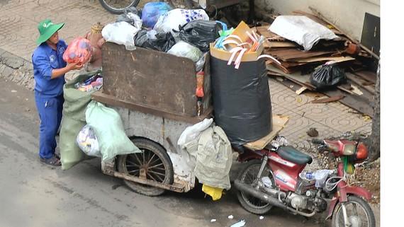 Xe thu gom rác thế này không phù hợp tại TPHCM văn minh, hiện đại. Ảnh: CAO THĂNG