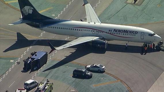 Xe tải bị chiếc Boeing 737 của hãng Aeromexico đụng lât nghiêng tại sân bay quốc tế Los Angeles, California, Mỹ, ngày 20-5-2017. Ảnh: ABC7