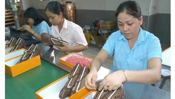 Sản xuất giày tại một doanh nghiệp. Ảnh: THÀNH TRÍ