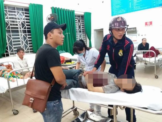 Nạn nhân được đưa đi cấp cứu tại bệnh viện