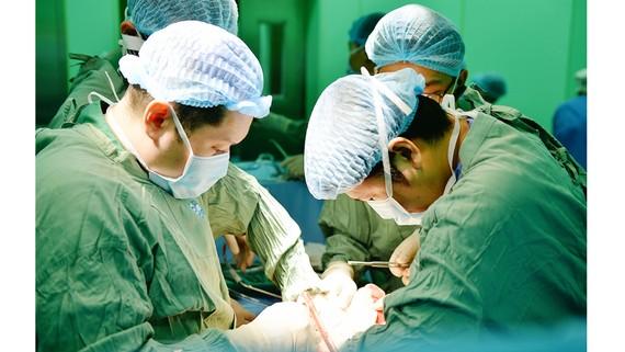Các bác sĩ BV Chợ Rẫy đang ghép tim cho bệnh nhân. Ảnh: BẢO LONG