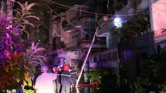 Lực lượng PCCC tiếp cận đám cháy ở tầng 1