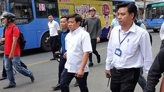 Ông Nguyễn Chí Việt (phải), Phó Chủ tịch UBND phường Nguyễn Thái Bình trong một đợt tham gia xử lý lấn chiếm vỉa hè, lòng đường cùng Phó Chủ tịch UBND quận 1 Đoàn Ngọc Hải