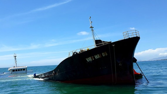 Tàu Việt Hải 06 bị chìm tại vùng biển Ninh Chữ (ảnh chụp sáng 24-8). Ảnh: TTXVN