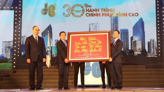 Ông Nguyễn Thiện Nhân, Ủy viên Bộ Chính trị, Bí thư Thành ủy TPHCM trao bích chương lưu niệm cho Lãnh đạo Công ty CP Tập đoàn Xây dựng Hòa Bình