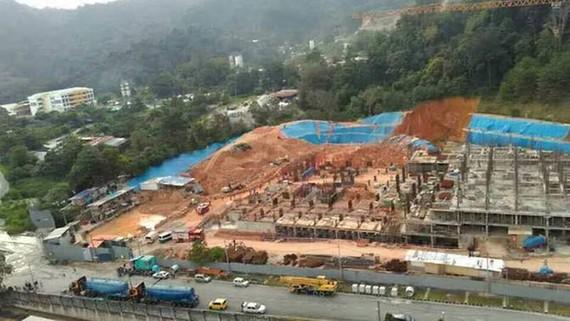 Hiện trường vụ lở đất tại công trường xây dựng ở Tanjung Bungah, Penang, Malaysia, ngày 21-10-2107. Ảnh: BERNAMA