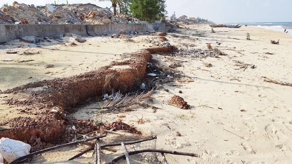Con đường và bến cá ở xã Nhân Trạch đã bị đánh sập xuống biển