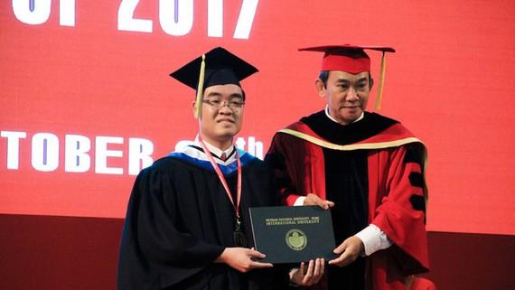 Minh Triết được PGS.TS Hồ Thanh Phong, hiệu trưởng nhà trường trao bằng