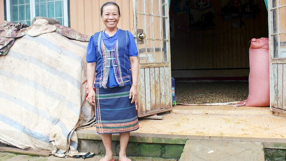 Người phụ nữ K'Ho nuôi dạy 9 trẻ mồ côi