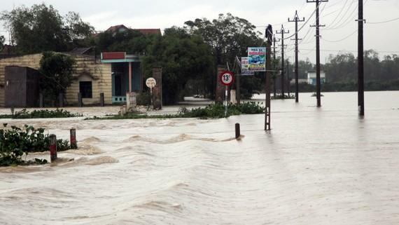 Quảng Bình đến Phú Yên vẫn có mưa rất to gây lũ lớn, ngập lụt trên diện rộng