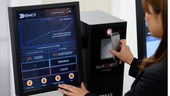 Sử dụng máy ATM dành cho bitcoin tại Nhật Bản