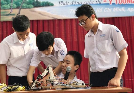 Trần Phan Thanh Hải (thứ ba từ trái sang) cùng bạn bè bên robot thông minh do mình sáng chế