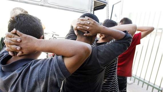 Những người nhập cư trái phép bị bắt giữ tại Tucson, Arizona, Mỹ. Nguồn: AP