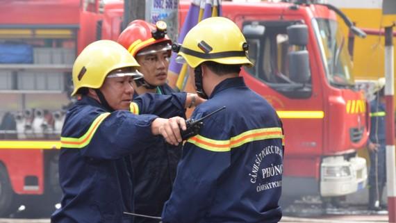 Bất kể giờ giấc nào, đại tá Lê Tấn Bửu (bìa trái) cũng thường xuyên có mặt tại hiện trường  trực tiếp chỉ huy các chiến sĩ chữa cháy