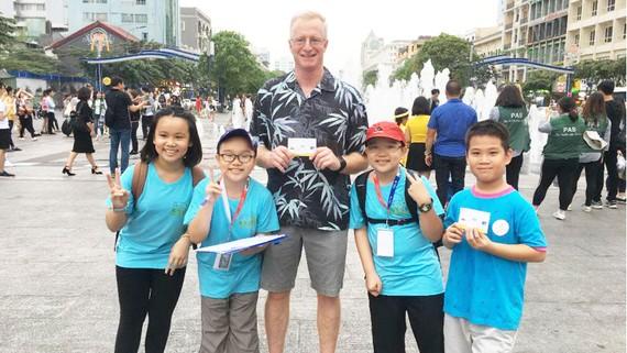 """Học sinh khối 4, 5 Trường Tiểu học Phùng Hưng trong một chuyến đi thực tế  khi tham gia dự án """"Sài Gòn, đi để yêu"""""""