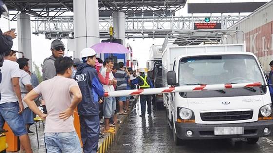 Trạm BOT Ninh An tê liệt vì tài xế sử dụng tiền lẻ qua trạm ngày 4-12-2017