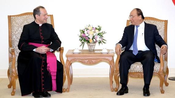 Thủ tướng Chính phủ Nguyễn Xuân Phúc và Thứ trưởng Ngoại giao Tòa thánh Vatican Antoine Camilleri. Ảnh: VGP