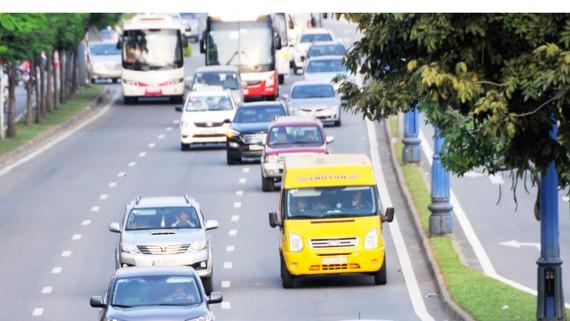 Ô tô thương hiệu Honda và Toyota lưu thông trên đường Võ Văn Kiệt. Ảnh: CAO THĂNG