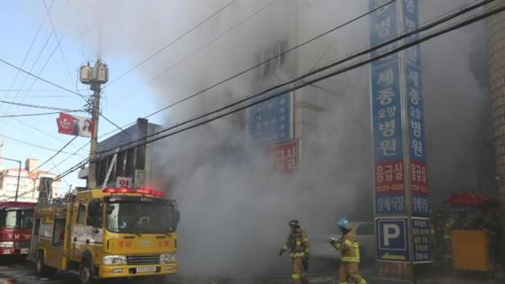 Lực lượng chữa cháy có mặt để dập lửa. Nguồn: Reuters
