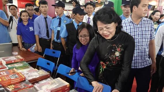 Phó Chủ tịch nước Đặng Thị Ngọc Thịnh tham quan Hội sách TPHCM lần thứ 10. Ảnh: DŨNG PHƯƠNG