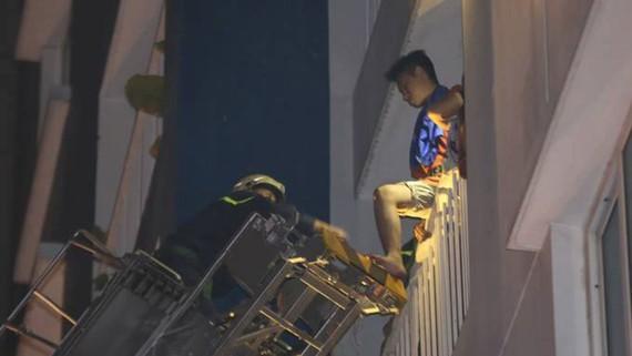 Lực luợng phòng cháy chữa cháy dùng thang giải cứu người mắc kẹt ở các tầng trên. Ảnh: DŨNG PHƯƠNG