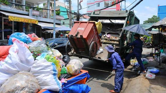 Gom rác vận chuyển đến khu xử lý rác tại quận 8. Ảnh minh họa: CAO THĂNG