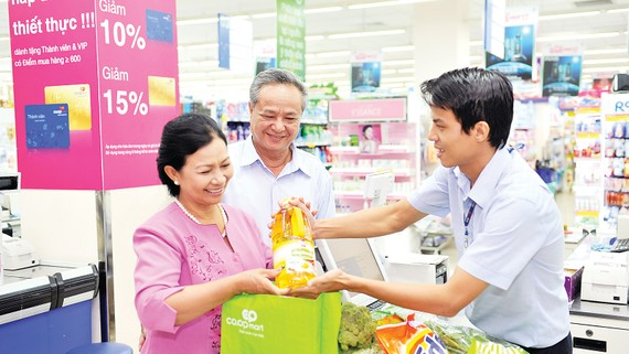 Nhân viên thu ngân Co.opmart ân cần chăm sóc khách hàng
