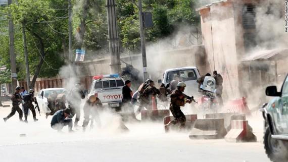 Lực lượng an ninh chạy đến hiện trường vụ đánh bom thứ 2. Ảnh: AP