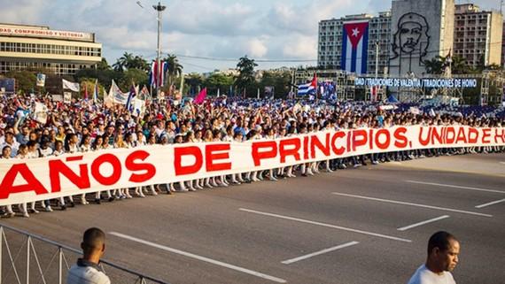 Hơn 900.000 người dân thủ đô La Habana đã có mặt tại quảng trường Cách mạng José Martí để tham gia lễ kỉ niệm trọng đại nhân Ngày Quốc tế Lao động 1-5. Ảnh: REUTERS