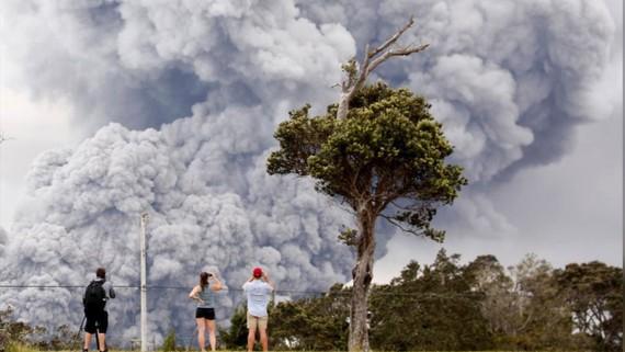 Núi lửa Kilaue tạo ra cột tro bụi cao 9.000 mét. Ảnh: REUTERS