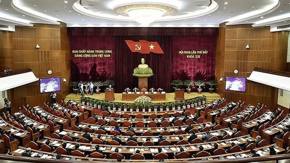 Hội nghị Trung ương 7 khóa XII đã thông qua 3 Nghị quyết về xây dựng đội ngũ cán bộ cấp chiến lược; về cải cách chính sách tiền lương đối với cán bộ, công chức, lực lượng vũ trang; và cải cách chính sách bảo hiểm xã hội.