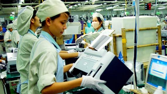 Lắp ráp sản phẩm tại Công ty Samsung Việt Nam, khu công nghiệp Yên Phong. Ảnh:  TTXVN
